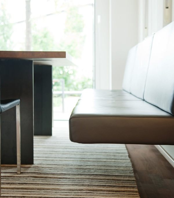 Tisch mit Plattengestell