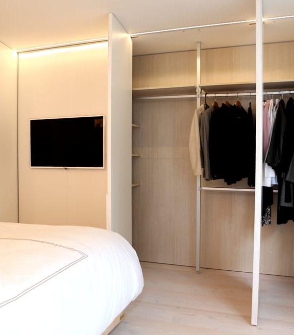 Das Gästezimmer mit Schrank und Baderaum